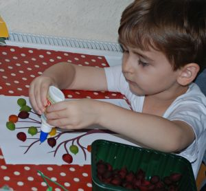 Making an autumn pasta tree is a fun craft for young kids