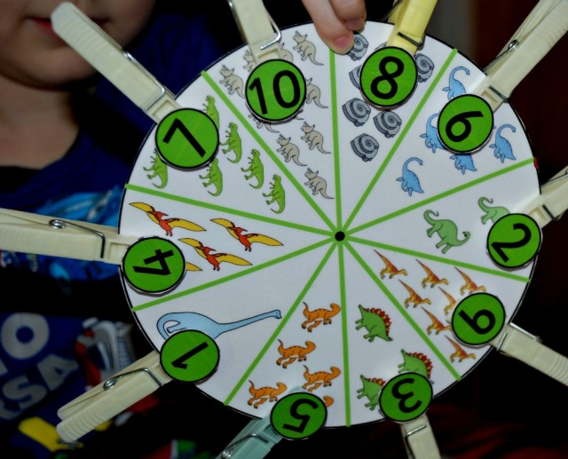 Dinosaur number matching activity from Twinkl