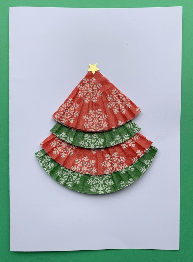 Easy Christmas craft. Making Christmas tree cards with cupcake cases